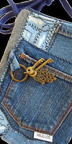 Detalle bolso azul con llaves